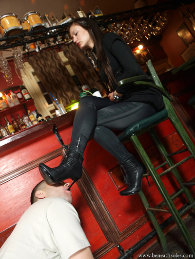 Super model gets her boot heels sucked clean at the bar