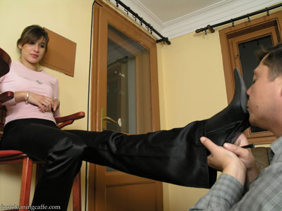 foot cleaning caffe - Dust and dirt on the bottom of her boots worshipped