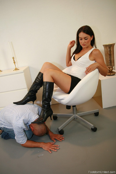 Mistress Michelle gets her slave down to earth with her boots