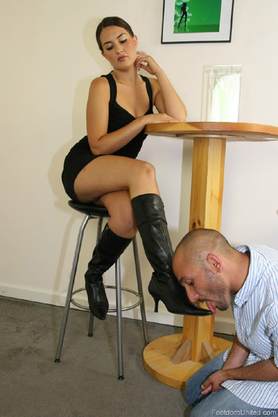 Mistress Michelle gets her boots clean by slave connor
