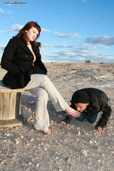 Mistress Eris with the loser in the isolated desert