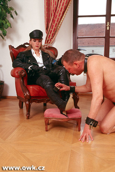 Prison guard gets her boots shined