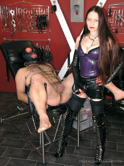 Mistress Claudia trains up her slave to take her strapon